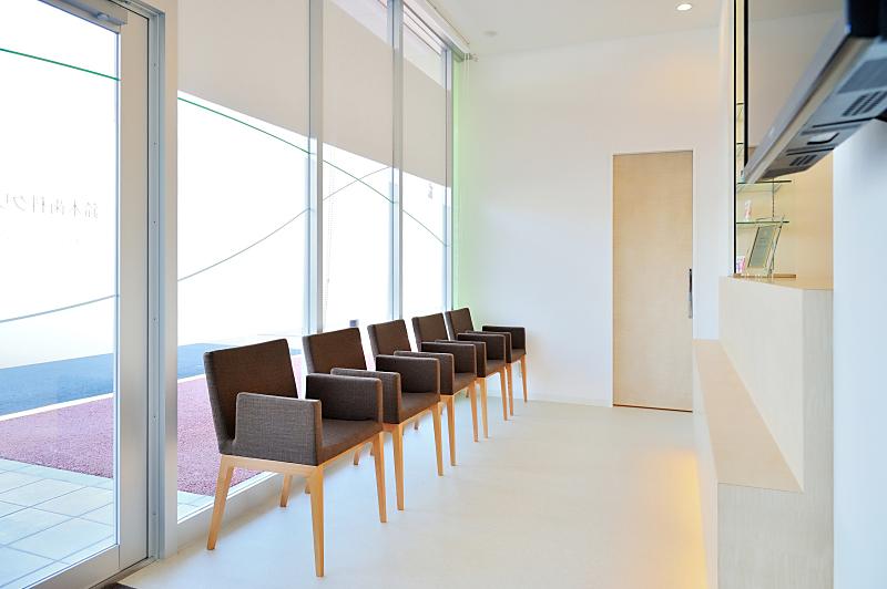 院内は入り口から診察室まで段差のないバリアフリー設計